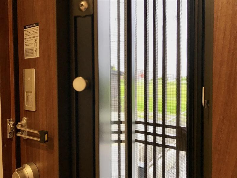 玄関ドアはLIXIL製の高機能ドア。採風タイプなのでドアを締めたままで通風が可能。キーレスで施錠解除ができるシステムキーも付いてます。