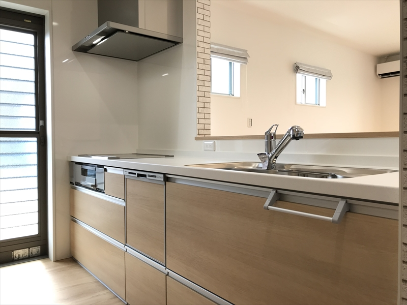 システムキッチンはPanasonic製。引き出しタイプの扉ですので、収納力も「半端ない」です。