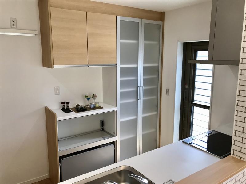 トールタイプと家電収納タイプのキッチン収納も設置済。半透明タイプの扉は最近の流行です。至れり尽くせりだと思いませんか?(手前味噌?)