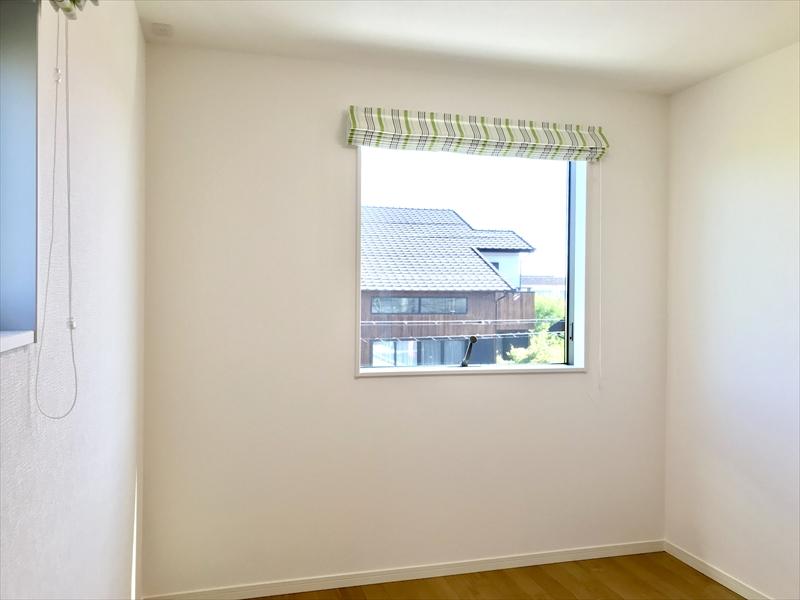 2階洋室A。外景を絵画の様に見せるピクチャーウィンドウが印象的な子供部屋。羨ましいです。