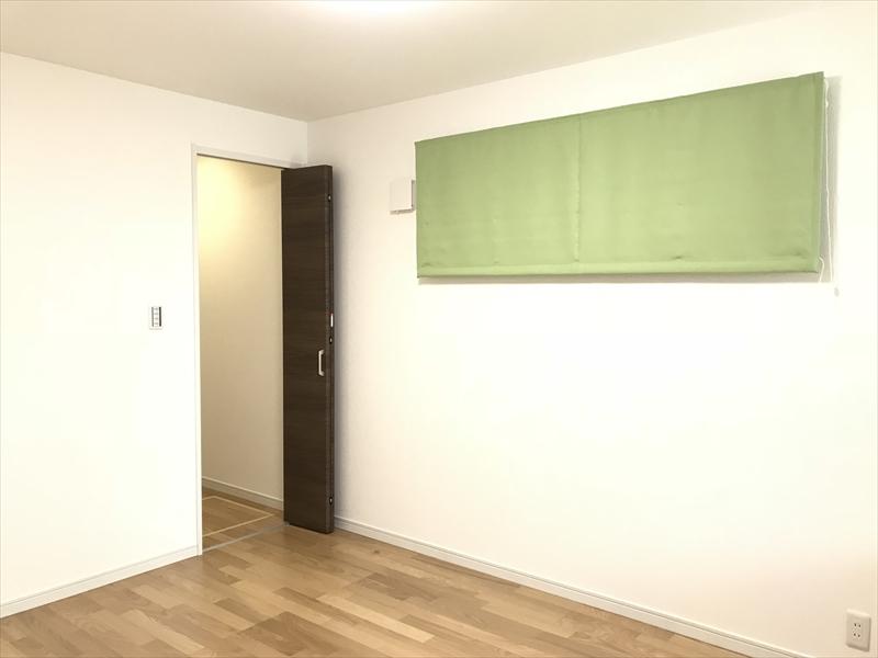 1階洋室。来客用とか書斎とか寝室とかにも利用出来ますネ。奥は1.5帖のウォークインクローゼットです。