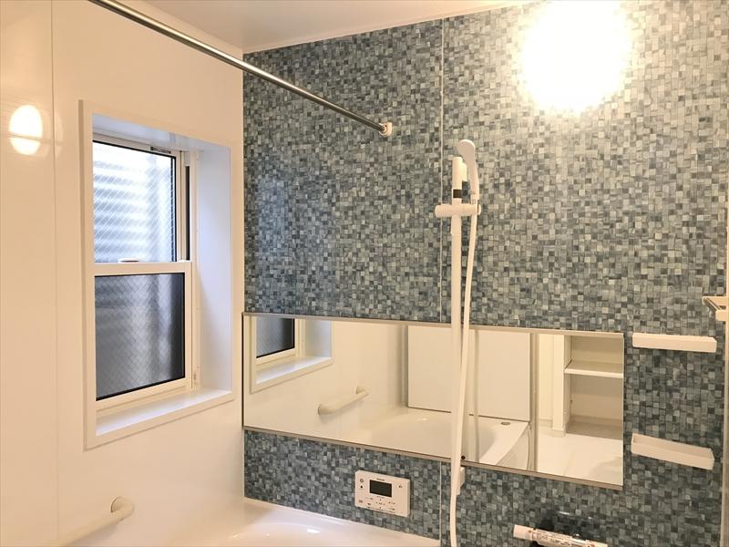 1階浴室。写真では分かり難いですが、窓の外の目隠しルーバーは可動式です。