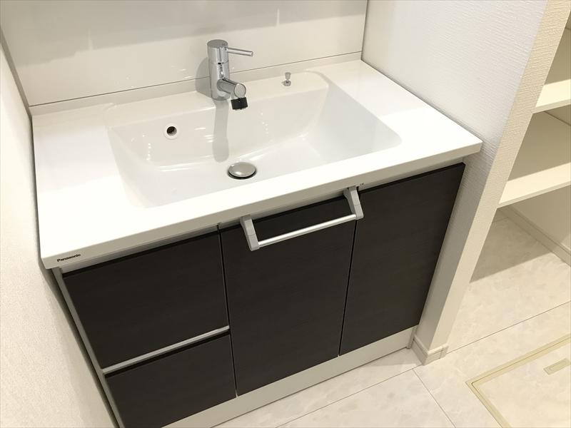 1階洗面所。幅900mの洗面化粧台。三面鏡タイプですので収納量も豊富です。Panasonic製。