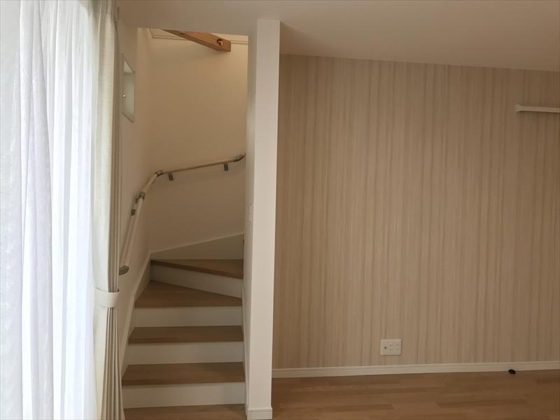 2階LDK。リビング階段 などと言われる事が多い、部屋を通らないと自分の部屋に行けない間取りとなってます。