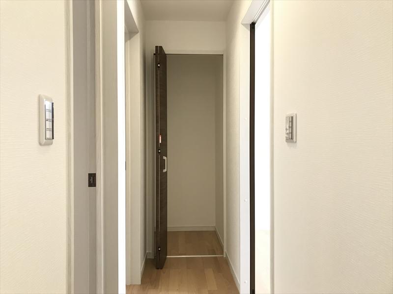 3階廊下の物入。こういう所にある収納って、非常に便利なんです。