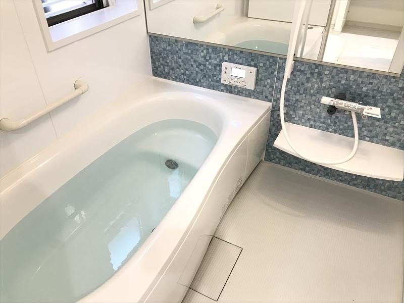 1階浴室。横長の大きな鏡が特徴の1坪タイプのユニットバス。Panasonic製。