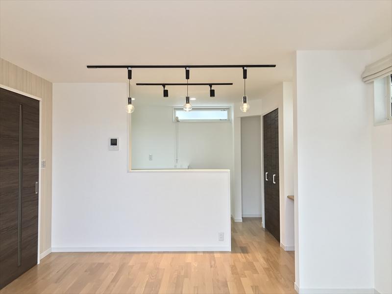 2階LDK。決して広くはありませんが、必要にして充分な空間を確保しております。