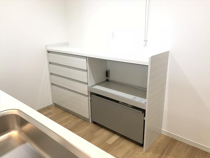 キッチンカウンター収納も入れました。ゴミ箱スペースもあるので便利です。