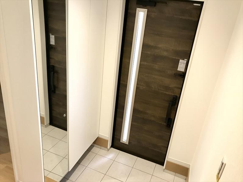 1階玄関。明るくて清潔感のある空間に仕上げました。