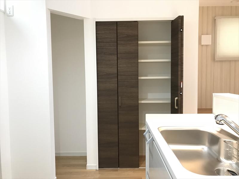 2階LDK。キッチン横に扉付収納と扉無し収納があります。パントリーとしても使えます。