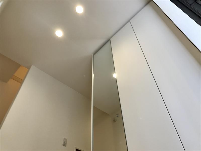 1階玄関。天井までのトール型玄関収納を設置。ミラー付ですのでお出掛け時のチェックにも便利(^_^)v