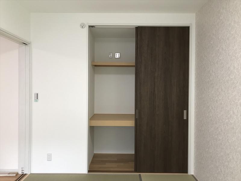 和室の押入。襖では無く木製建具ですので破れたり、貼り替えたりする必要はありません。天棚にはLAN関連の接続端子が有ります。