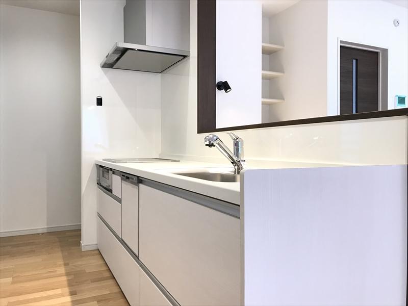 キッチンはPanasonic製。引き出しタイプの扉ですので、収納力も「半端ない」です。使いやすさも開き戸に比べれば格段に良くなっています。