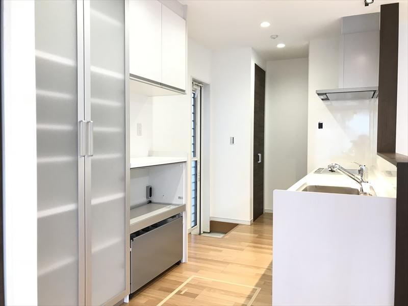 キッチンです。半透明のモダンなトール収納。炊飯器やポットもしまえる家電収納。一番奥は棚付きの収納。おまけに勝手口もあって、至れり尽くせりです!!