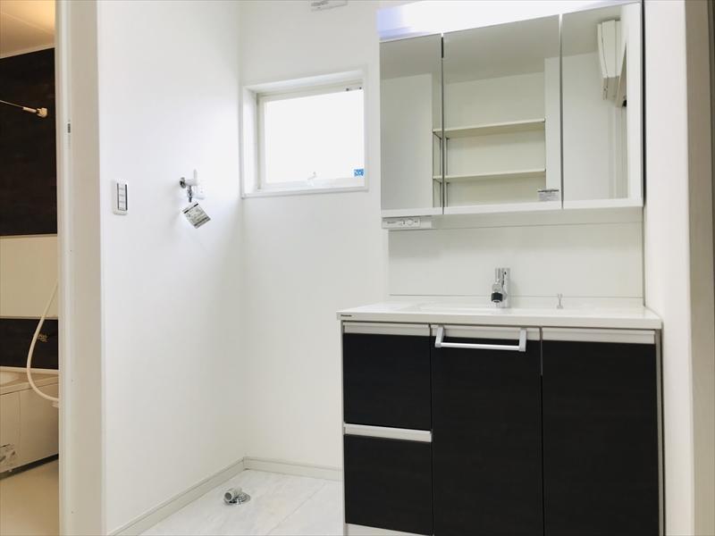 洗面所。幅900mの洗面化粧台。三面鏡タイプですので収納量も豊富です。Panasonic製。