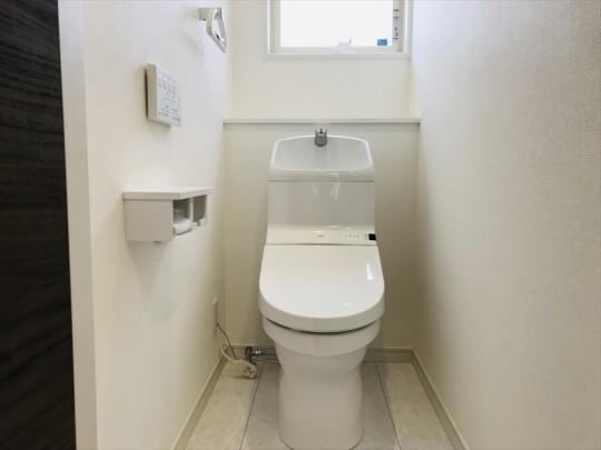 1階トイレ。TOTO製の便座一体型便器+壁リモコン。お掃除ラクラクの節水タイプです。