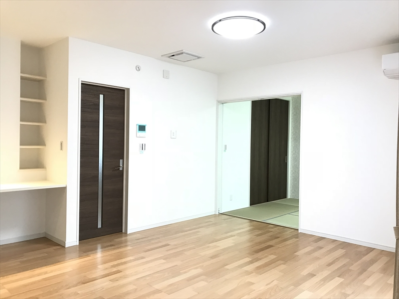 リビングです。東側の和室と間仕切りドアで繋げたり、独立したりの使い方が出来ます。