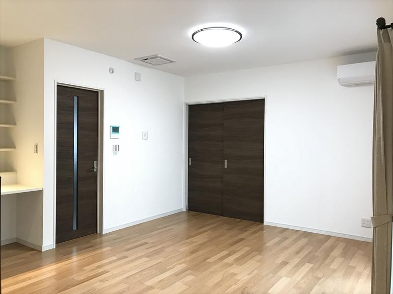 リビング。和室との間仕切りドアを閉めた状態を撮影。