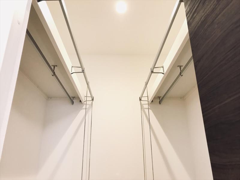 ウォークインクローゼット内部。天棚+ハンガーパイプの一部しか写ってませんが、かなりの衣類を吊るすことが出来ます。