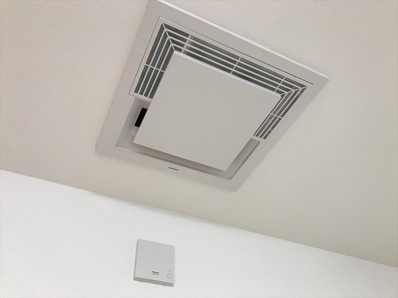 リビングにはPanasonicの天井埋込型空気清浄機「エアシー」を設置。空気の汚れを先回りするエコナビ搭載。PM2.5にもトリプル対応です。