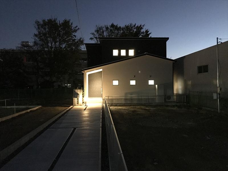 10月27日PM7:40撮影の北側ファサード。門柱灯とポーチライトがマイホームへと優しく誘います。