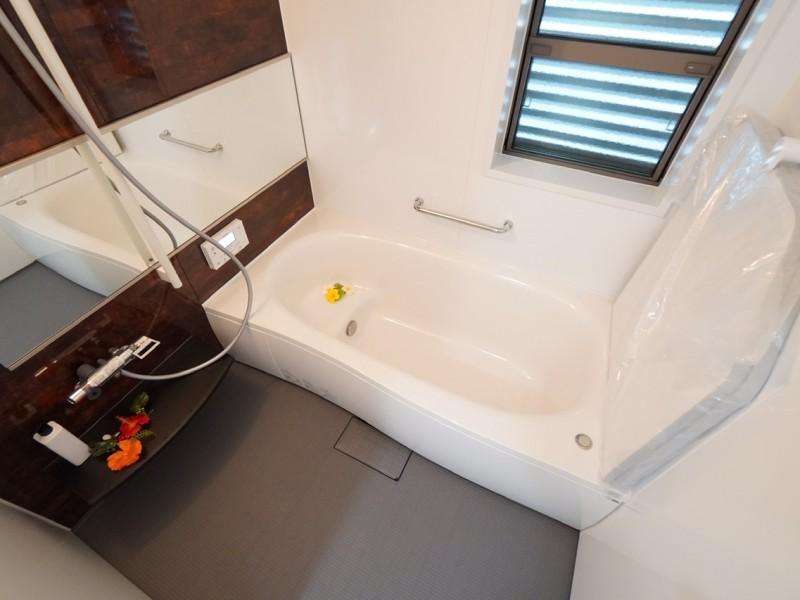 1階浴室。横長の大きな鏡が特徴の1坪タイプのユニットバス。Panasonic製。断熱浴槽で、かつ床下も断熱仕様ですので、お湯が冷めにくい。