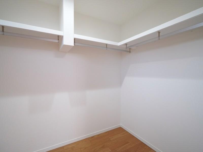 ウォークインクローゼット内部。L字型の天棚+ハンガーパイなので、かなりの衣類を収納することが出来ます。