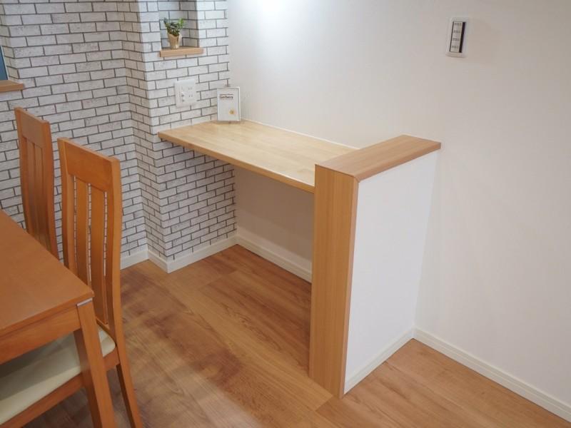 ダイニング横にサイドテーブルを造作しております。軽作業やチョットお勉強など、使い方は自由です。ニッチ収納も有りますので、貴方のセンスで装飾して下さい。