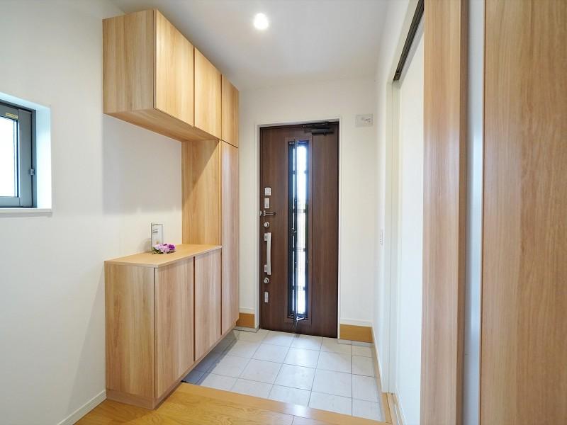 玄関です。コの字型の大型玄関収納を設けました。玄関ドアは採風&キーレスタイプです。