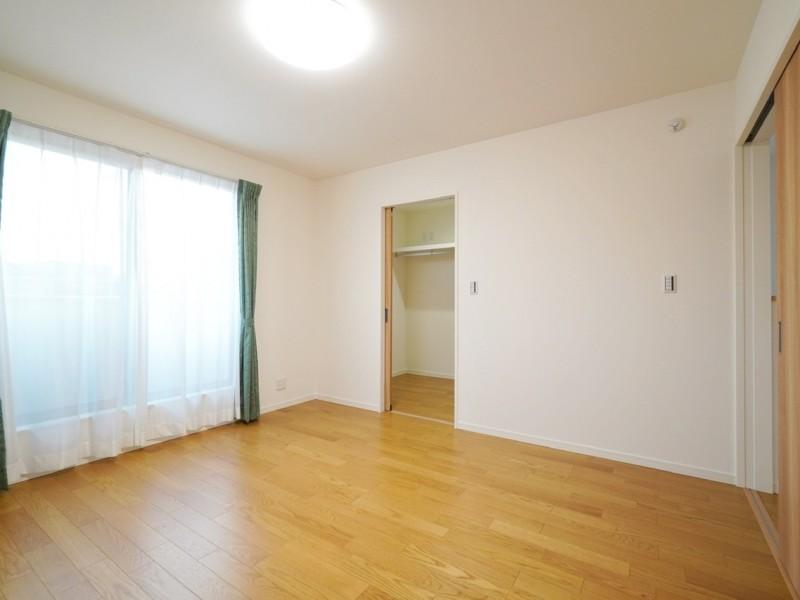 2階主寝室。。大型ウォークインクローゼットが有るので、余分なモノはそちらへ。お部屋を広々と使えます。