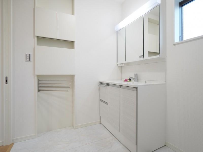 1階洗面所。幅90cmの洗面化粧台で、三面鏡タイプですので収納量も豊富です。Panasonic製。正面は薄型のランドリー収納。バスタオルってどこに掛けてますか?
