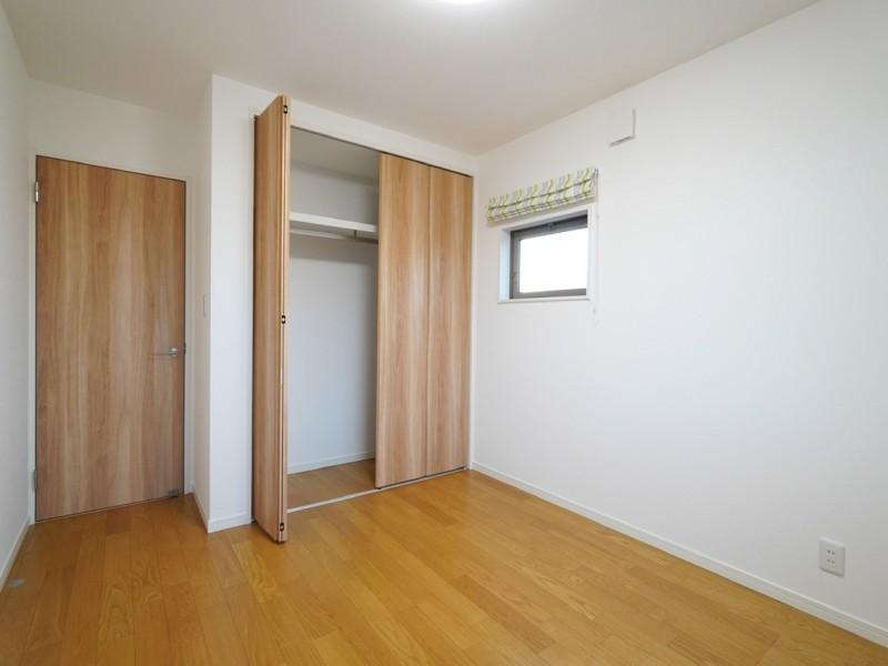 洋室Aのクローゼット。子供部屋にも必ず収納スペースがあります。これまた羨ましいですねぇ〜。