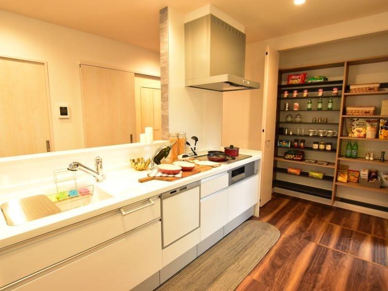 食器洗い乾燥機付きのキッチン。大型パントリーも備え付けてあります。