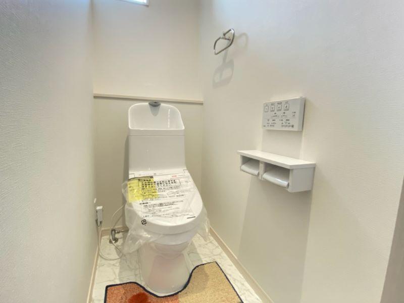1号地モデルハウス:汚れがつきにくく、落ちやすい。TOTOのウォシュレット付きトイレを採用しています。