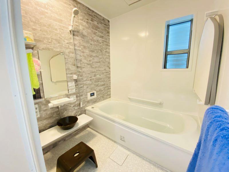 TOTO製のゆるリラ浴槽。背中を包み込み身体にかかる圧力が分散されるので、入浴中は自然とリラックスする姿勢になれます。床は膝をついても痛くないほっカラリ床を採用しました。