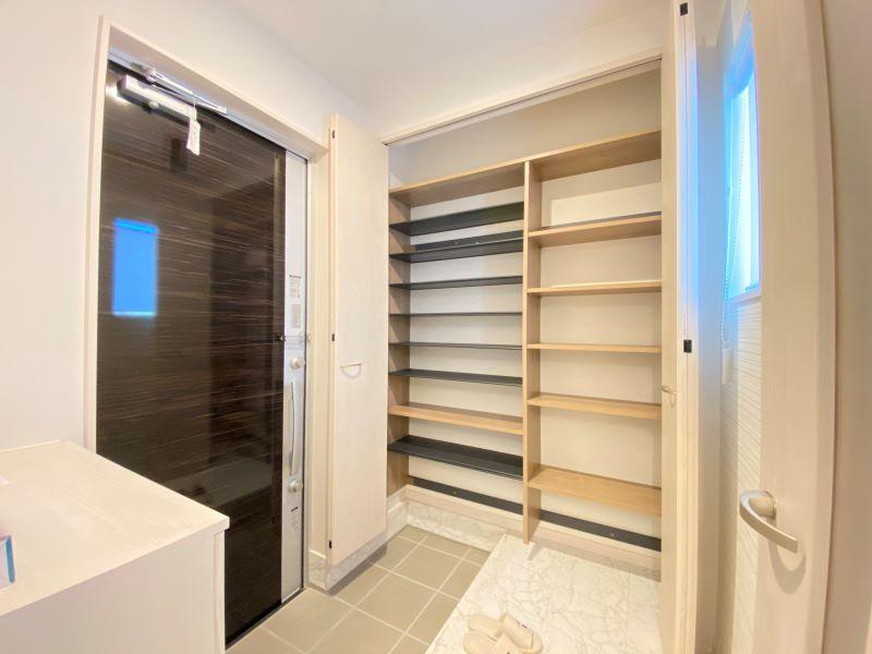 シューズボックスとは別に、玄関クロークがあります!大家族でも安心の大容量です!