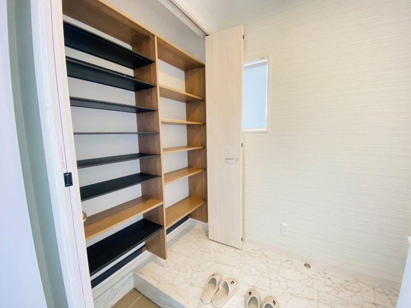 白をベースにした清潔感のある玄関です。