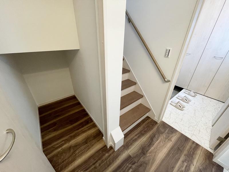 階段下に収納スペースがあります。