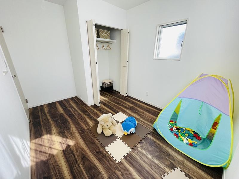 5.25帖の洋室が2部屋あります。どちらもクローゼットを完備!