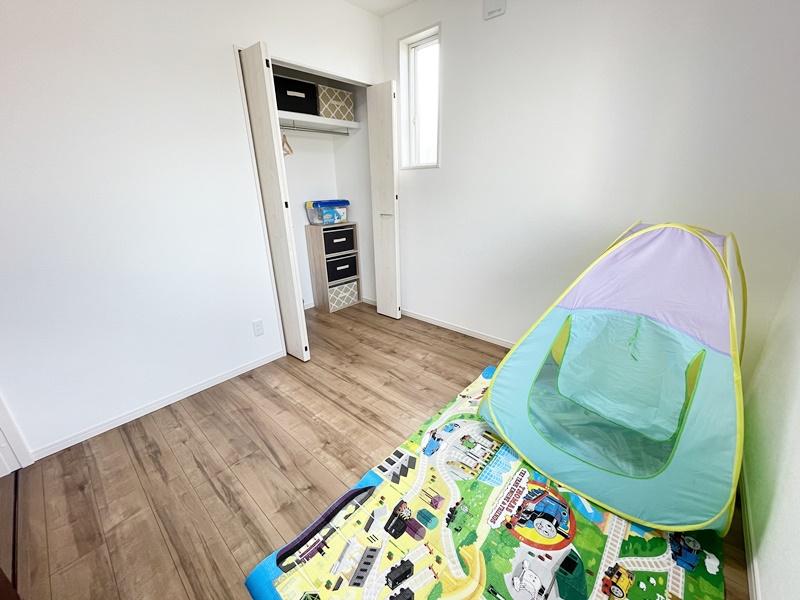 5号地モデルハウス:4.5帖の洋室です。収納スペース付き!