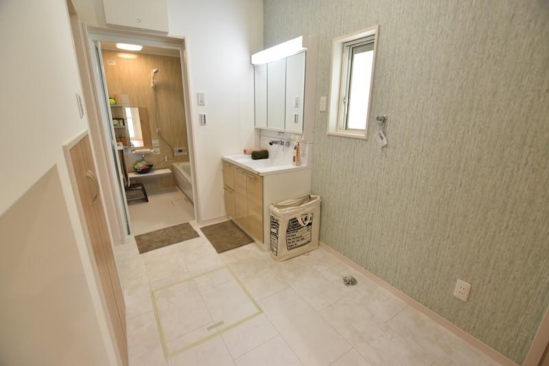 3号地:広々洗面脱衣室には物入のスペースを設けました。