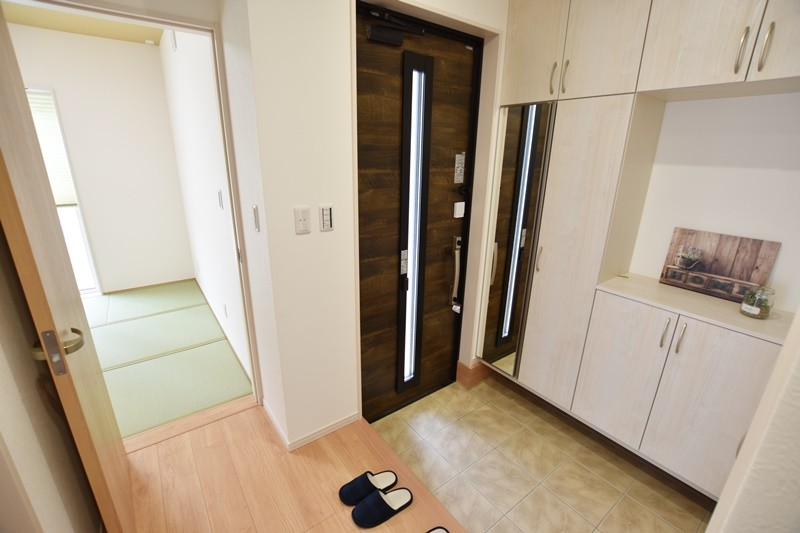 3号地:収納豊富な玄関。和室、LDK、洗面脱衣室の3方向にアクセスできます!