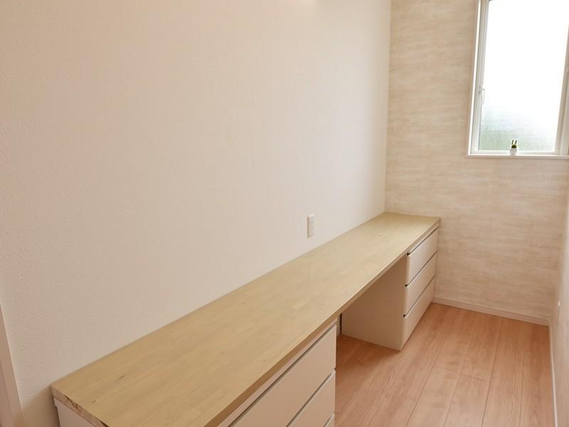 3号地:2階にカウンタースペースを設けました。引き出し収納付きです。