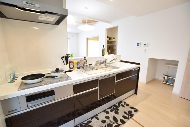 4号地:キッチンは面倒な後片付けをサポートしてくれる食器洗い乾燥機付きです。