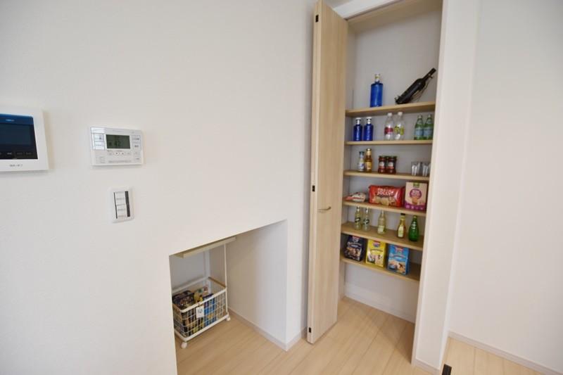 4号地:キッチン横にはパントリーと、足元に物入があります。買い置きや保存食料などの収納場として重宝します。