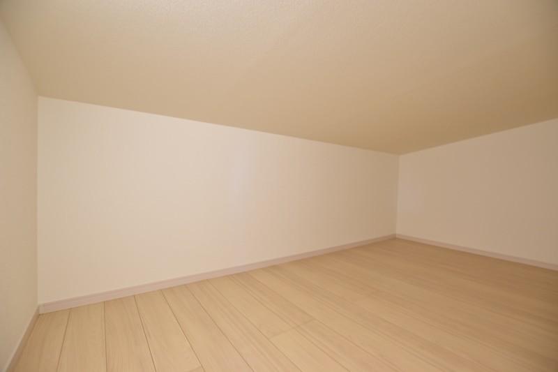 4号地:小屋裏収納を設けました。シーズンオフの衣類などの収納に最適です。