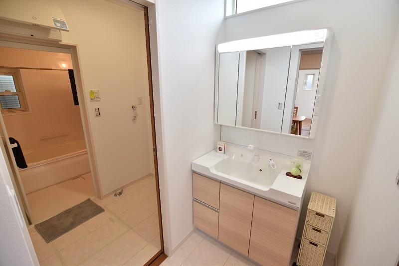 洗面脱衣室  洗面所と脱衣所が別になっているので、洗濯物やお風呂あがりの着替えも安心