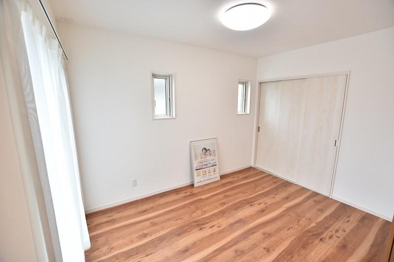 1階洋室 6帖ある1階洋室はリビングと続き間になっているので、扉を開けていると解放感のある洋室。