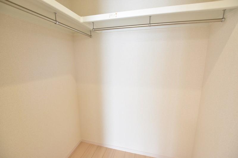 4号地:1階洋室にはウォークインクローゼットを完備!たくさんの衣類をかけて収納できます。