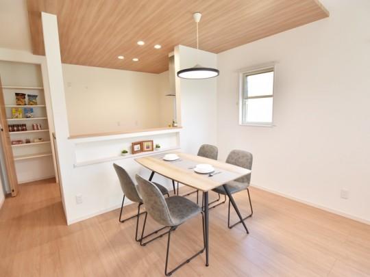 佐賀県鳥栖市 新築一戸建て 2号地モデルハウス:ダイニングはキッチンと対面式です!